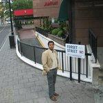 Один из посетителей на фоне отеля.