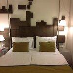 Кровать с металлической рамой, на которой можно сушить полотенца.