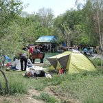 Люди ставят палатки, кушают, спят.