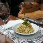 Spaghetti integrali, aglio, olio, peperoncino, friggitelli e briciole di pane