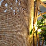 Mur tapissé de bouchons de liège.