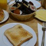 朝食(食パン・ロールパン・オレンジジュース・コーヒーか紅茶)