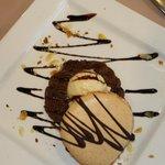 """macaron """"maison"""" avec mousse au chocolat et glace vanille"""