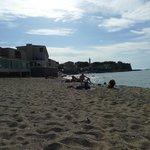 Strand mit Blick auf Hotel und Altstadt