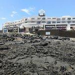 Widok na hotel z okolicy plaży