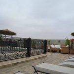 La terraza tiene mesas y sillas para desayunar, dos grupos de sofás y sillones y varias tumbonas