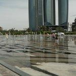 Фонтаны перед входом Отеля Emirates Palace