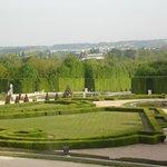 Vista do jardim pela janela do palácio