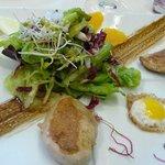 Wachtelbrust mit Wachtelspiegelei und Salaten
