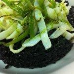 arroz negro con tirabeque y tallarin de calamar