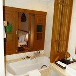 salle de bains donnant sur la chambre