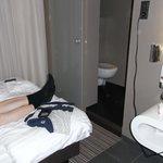 Bett gegenüber Schiebetür zum WC