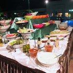 Superbes buffets pour le dîner au bord de la piscine