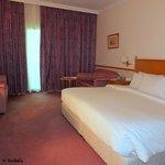 La chambre spacieuse sans luxe particulier