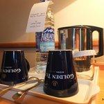 Bouilloire ,thé , café et bouteille d'eau dans la chambre