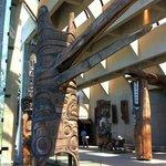 galerie de totems et de statues en cèdre