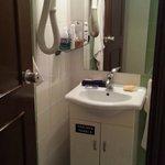 Banheiro com secador de cabelo