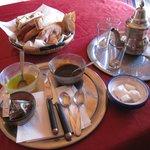 朝ごはんに、ミントティーとパンをオリーブオイルとチーズで