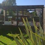 relajante deck con vista al parque y a la pisina