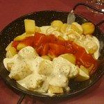 Patatas tres salsas (alioli, bravas y cabrales)