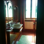 Nice and clean shared bathroom, for rooms without private bathrooms.