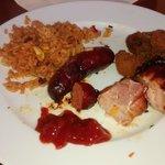 Teller mit Beilage und Fleisch