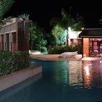 le soir piscine et bar