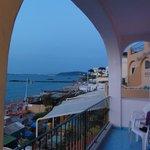 Можно еще посидеть на общем балкончике с видом на море