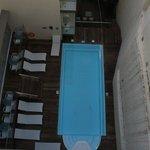 Der Pool zwischen den Häusern