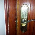 надежная крепкая дверь