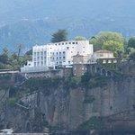 l' hôtel depuis le port de Sorrente