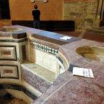la vasque avec un siège permettant les baptêmes par immersion