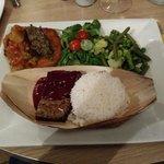 Assiette Pas-sage tapenade, salsa de légumes sur rostï, riz basmati, pôélée gourmande, mezzée d