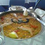 In questo ristorante si mangia divinamente!!! Vale la pena. ...la paella è squisita!!!!