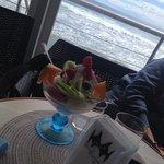 Coppa con gelato e frutta fresca