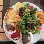 Tarta de calabacín con ensalada y tres tipos de tapenade