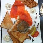 L'assiette de la mer avec le saumon fumé et les rillettes de sardine + la terrine. Juste excelle
