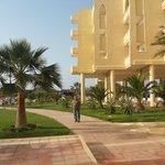 widok na hotel od strony ogrodu