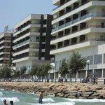 Vista del hotel desde la playa del Postiguet