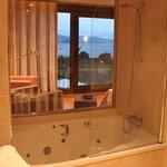 Vistas a la Ria desde la bañera de la suite