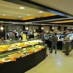 Restaurante amplo com vários buffets