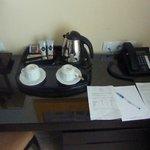 Kaffeekocher und Tee und Kaffee im Zimmer