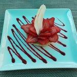 Tarte au citron et son lit de fraises sur pâte sablée