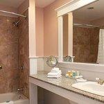 Deluxe Fireplace Guestroom Bathroom