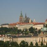 部屋の窓からのプラハ城(望遠です。)