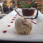 шоколадный кейк с ванильным мороженым
