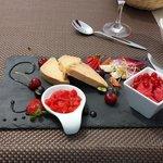 Plat a base de foie gras et fruits rouges. Un délice.