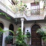 Uno de los maravillosos patios donde se reparten las habitaciones