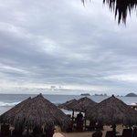 Palapas zona de playa dia nublado