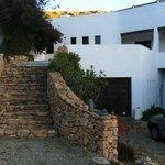 La entrada principal, discreta e integrada en el paisaje como toda la casa.